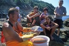 Paolo il pescatore pulisce il pesce pescato