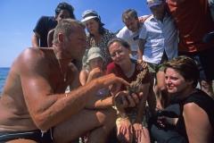 Paolo mostra una stella di mare ai bimbi